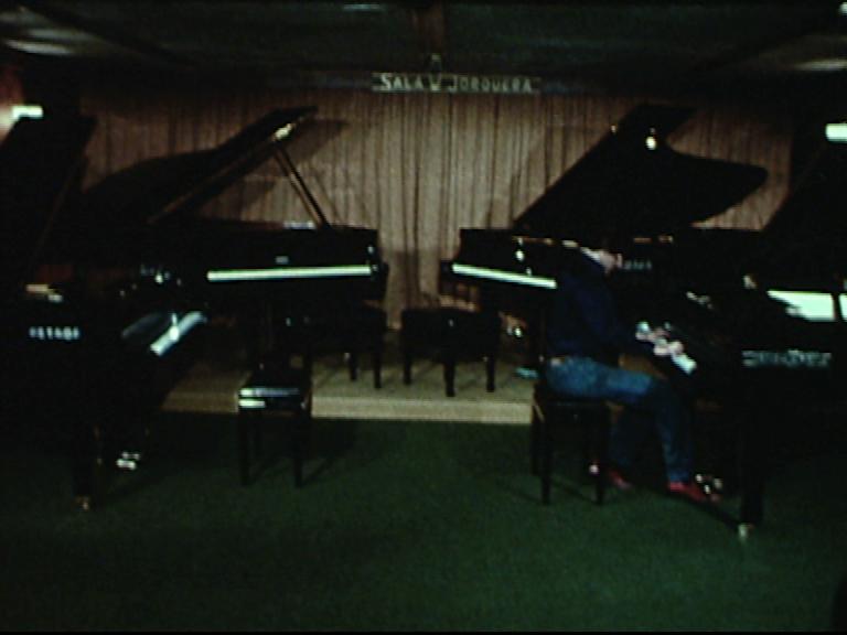 Peça per a quatre pianos/Aparador